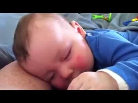 Mazulis smejas pat miegā!