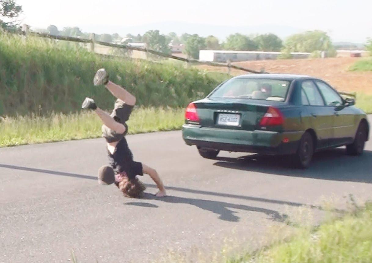 Kāpēc nekad nevajag lekt pāri braucošām mašīnām!? (10 Guys Fail Jumping Moving Car)