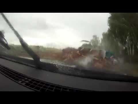 Uz šosejas pie Salaspils apgāžas baļķvedējs. Videoreģistratora ieraksts. (Truck crash on highway)