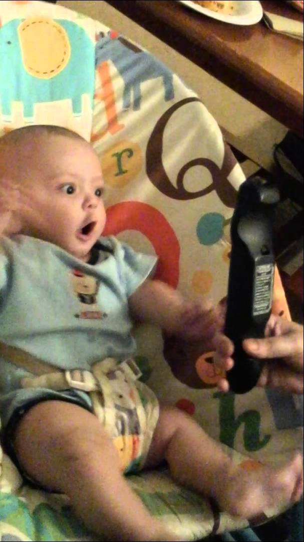 VIDEO – Bēbis sajūsmā par televīzijas pulti! (Silly Baby Boy goes crazy over a remote control)