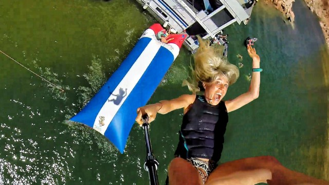 VIDEO – Cilvēku katapulta uz ūdens! (Human Water Catapult – 55 Foot Launch!)