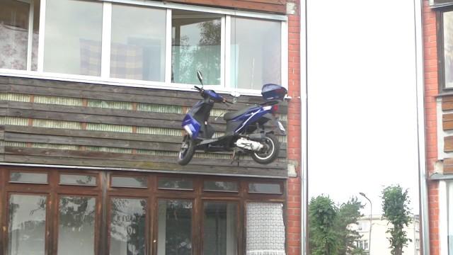 VIDEO – Kā dabūt mopēdu uz 5.stāva dzīvokli!? (How to get your scooter to 5th floor apartment!?)