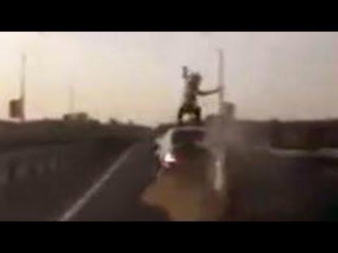 VIDEO – Pozitīvi šokējoša motociklista avārija uz šosejas! (Russian Biker lands on car roof)