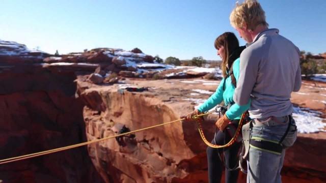 VIDEO – Puisis nogrūž savu meiteni no klints! (Boyfriend pushes Girlfriend off cliff)
