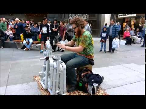 VIDEO – Talantīgais cauruļu vīrs! (Pipe Guy – House/Trance/Techno Live)