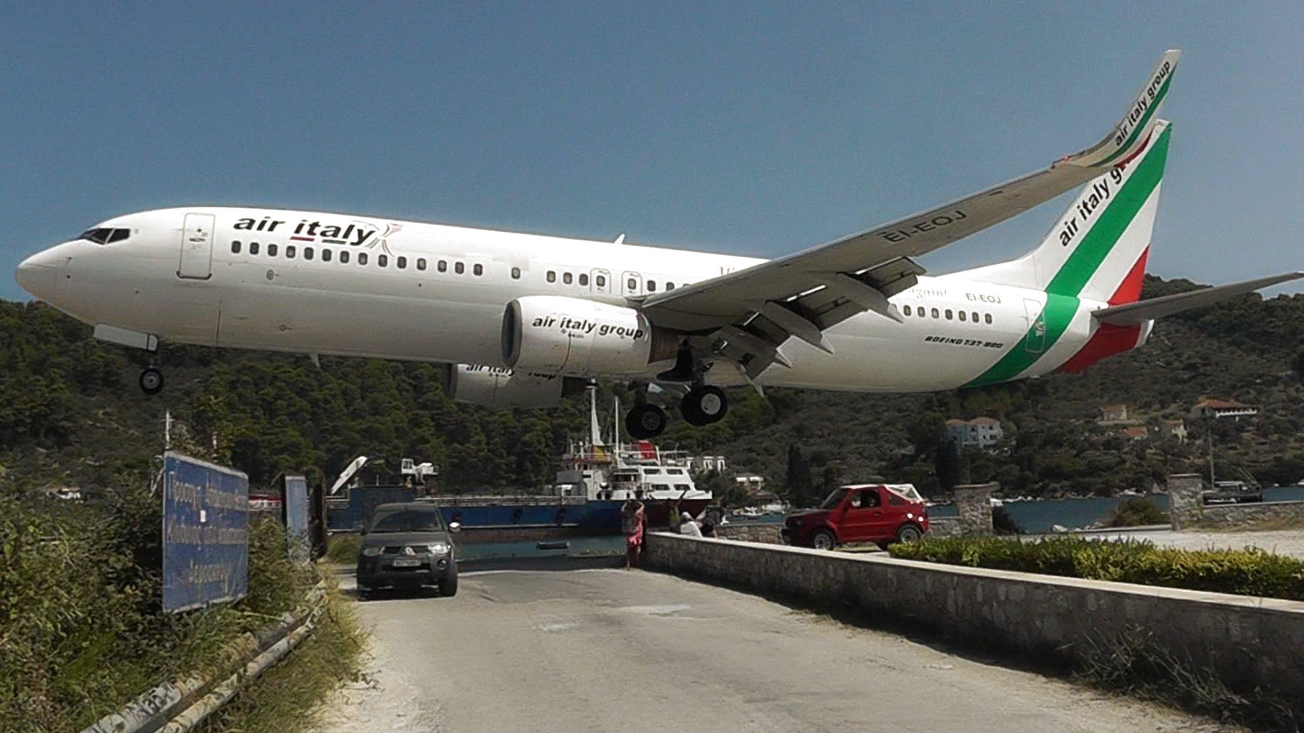 VIDEO – Uzmanību, nolaižas lidmašīna! (Skiathos, the Second St Maarten! Low Landings and Jetblasts – A Plane Spotting Movie)