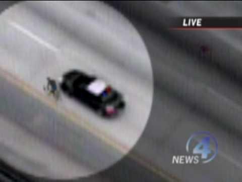 VIDEO – Vīrietis ar riteni aizbēg no policijas auto! (Man On Road Bike Escapes From Police Car)