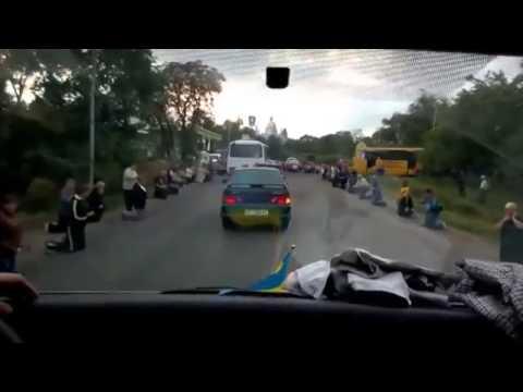 VIDEO – Emocinonāli un cieņpilni – ukraiņi sagaida mājās bojāgājušos karavīrus. (Ukrainians show honor war dead homeland defenders)
