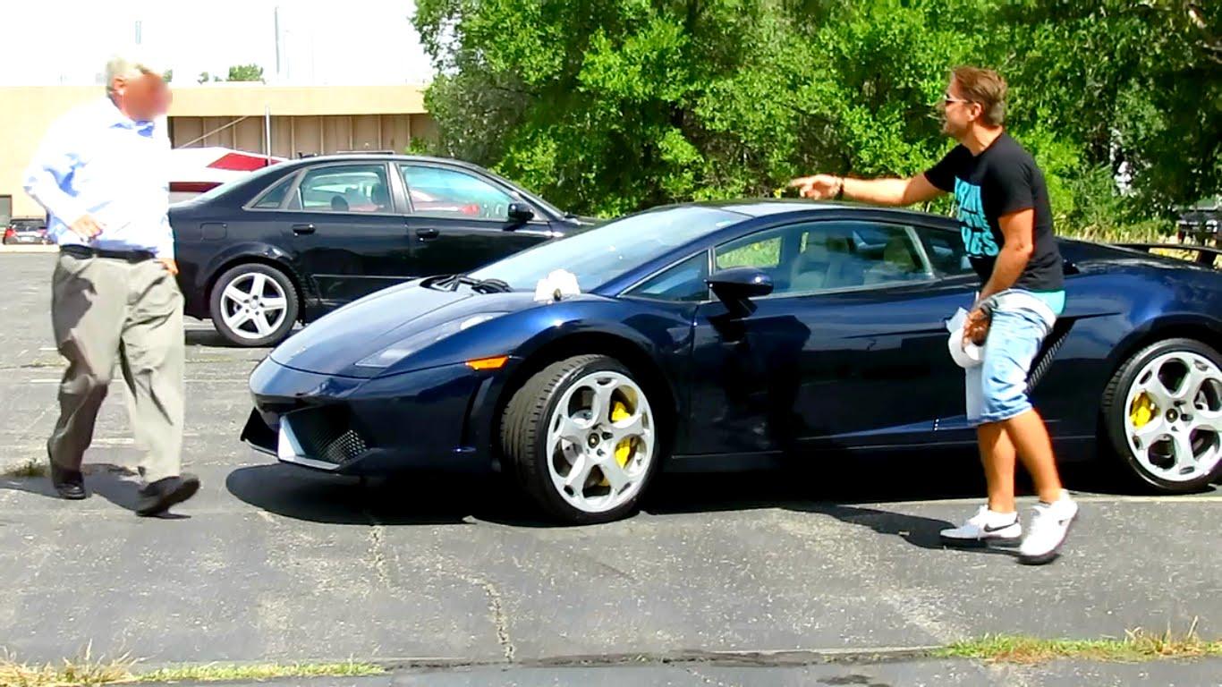 """VIDEO – Kāpēc nevajag """"nokārtoties"""" uz dārgām automašīnām? (Poop on Lamborghini Prank Gone Horribly Wrong!)"""