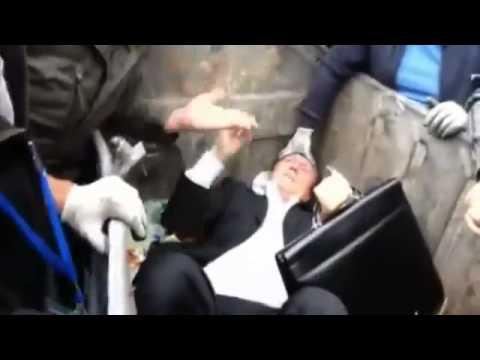 VIDEO – Kijevā cilvēku pūlis iemet deputātu miskastē. (Kiev Crowd Of People Throw Member Of Parliament Into The Waste Container)