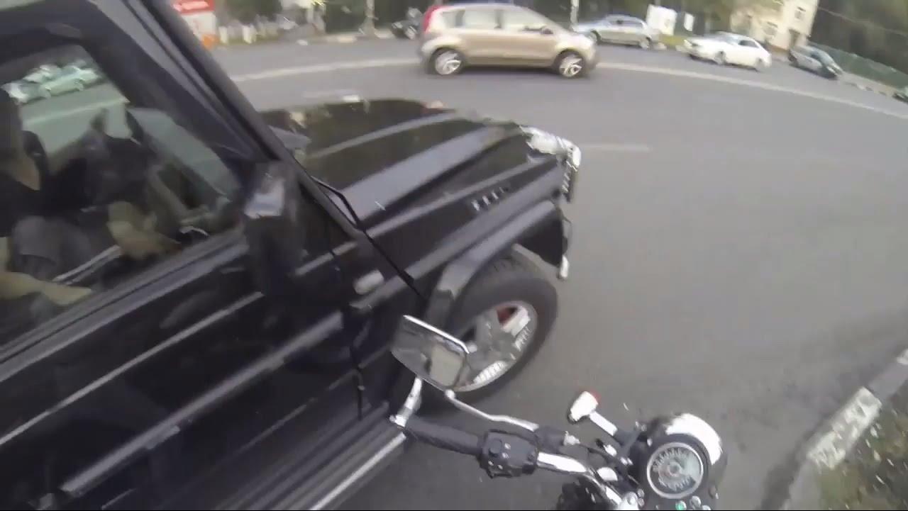 VIDEO – Meitene uz motocikla pārmāca šoferus – piemēslotājus. (Girl On Motorcycle Against Cheeky Drivers)