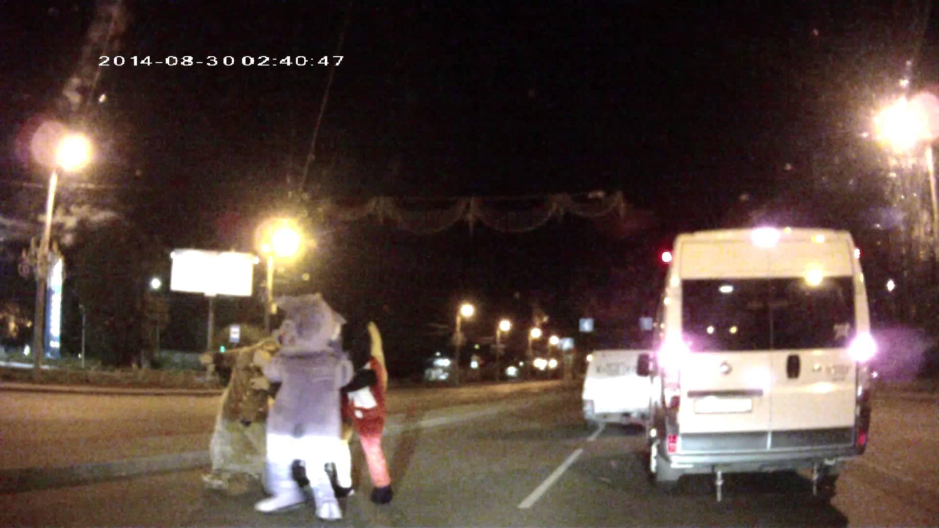 VIDEO – Uz Krievijas ceļiem notiek trakas lietas. (Surprise For Aggressive Russian Driver)