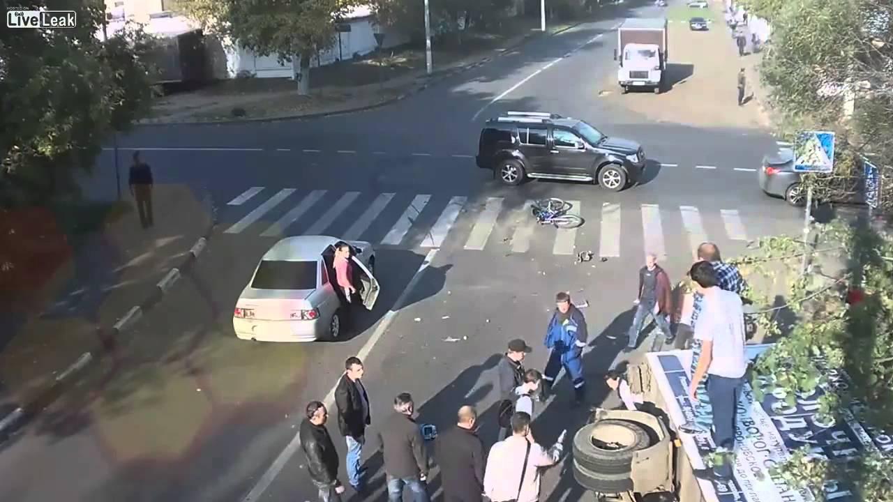 VIDEO – Velosipēdistu gandrīz notriec automašīna. Divreiz. (Cyclist Almost  Get Hit By Car. Twice.)