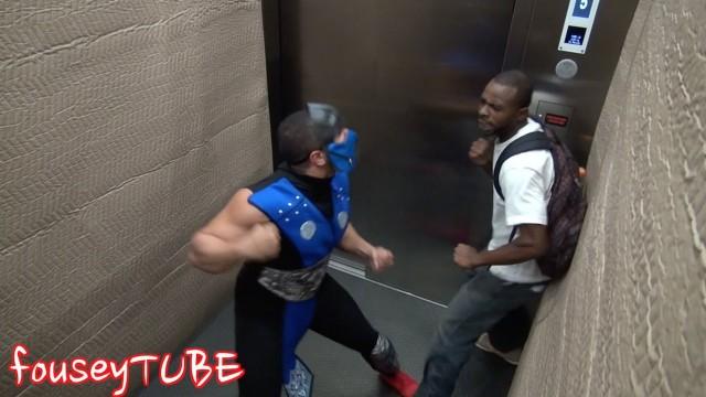 """VIDEO –  Vīrietis """"uzbrūk"""" cilvēkiem liftā. (Mortal Combat Prank)"""