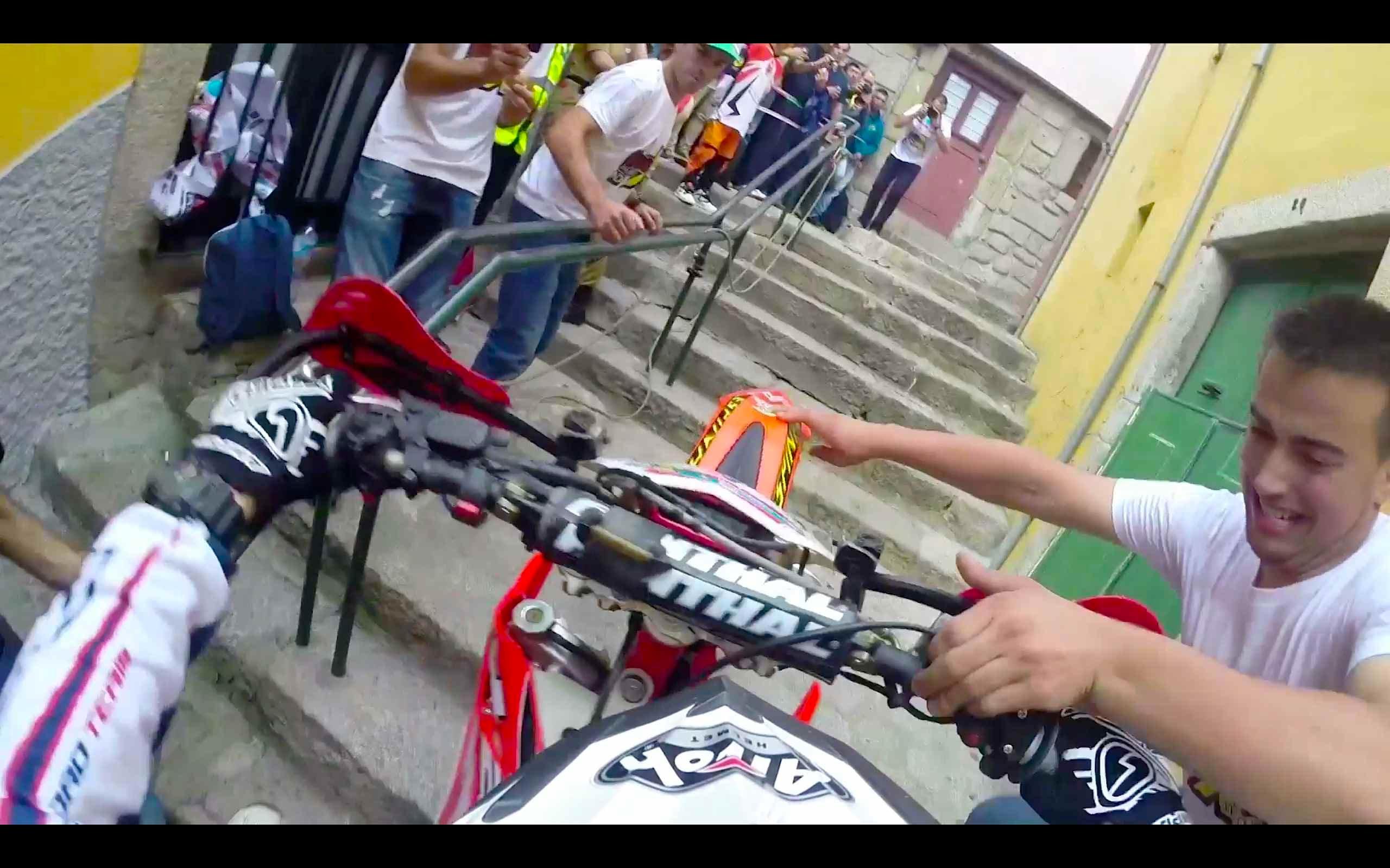 VIDEO – Kā ir neticamā ātrumā braukt ar moci cauri pilsētas centram!? (Extreme Enduro POV Race Through the City)