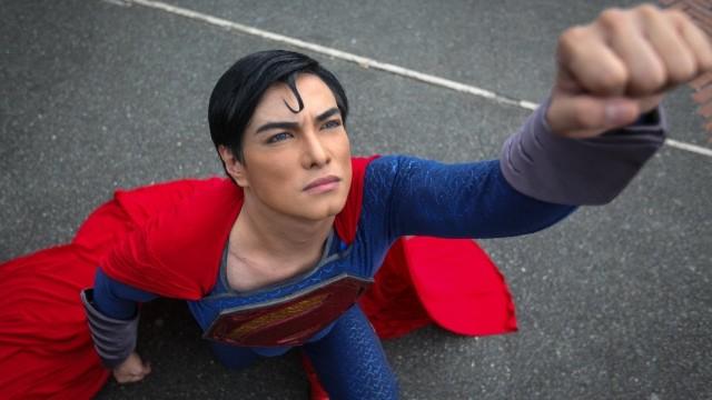 VIDEO – Supermena fans veic plastiskās operācijas, lai izskatītos, kā supermens! (Superman Fan Has Plastic Surgery To Look Like Superman)
