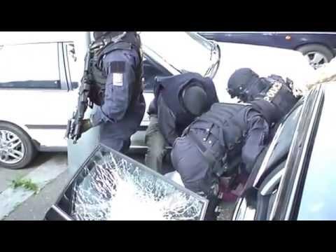 VIDEO – Tā strādā policija Čehijā. (Police In Vietnam Smash Down A Suspect's Car)
