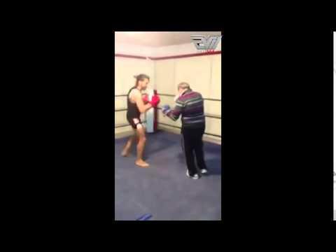 VIDEO – Vecs vīrs parāda savas cīņas iemaņas jaunajam cīkstonim! (Old Man Shows Some Major Fight Skills)