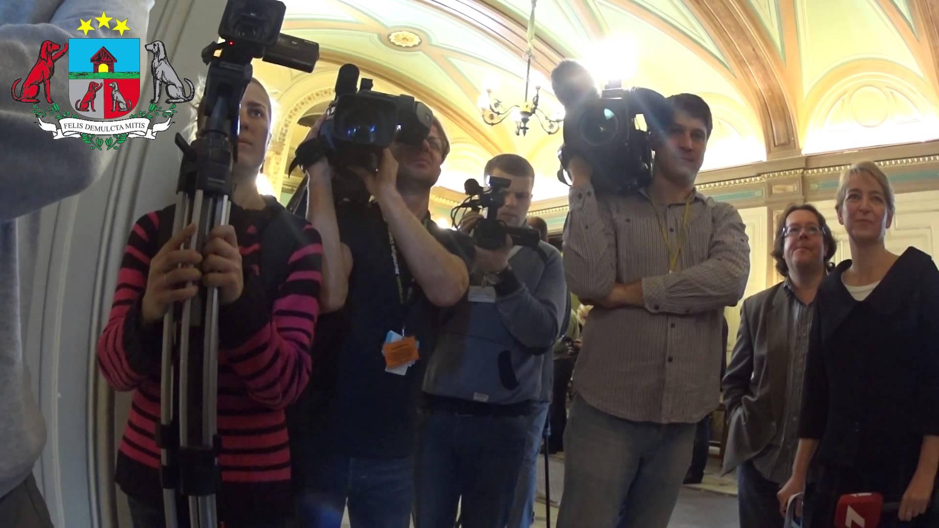 VIDEO – Artusa Kamiņa privātā kamera – Saeimā 22 min. strādā pēc tam 1,5 stunda pārtraukums!