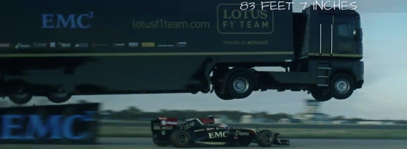 VIDEO – Episka pasaules rekorda laikā F1 pabrauc zem lidojošas kravas automašīnas! (Epic World-Record Truck Jump by EMC and Lotus F1 Team!)