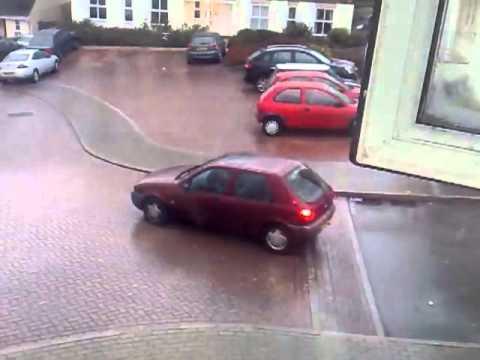 VIDEO – Jāredz visiem autovadītājiem! Ja tava mašīna sāk slīdēt pa ledu – noteikti nedari šādi! (If Your Car Slides On Ice Do Not Do This)