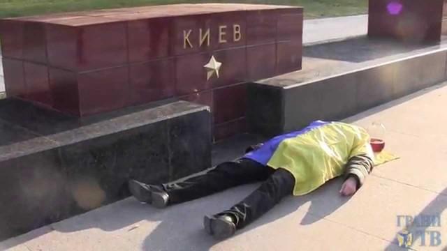 "VIDEO – Jaunieši Krievijā pie Kremļa aicina ""padzerties ukraiņu asinis""! (Courageous young people in Russia at the Kremlin ""offer to drink the blood of Ukrainian""!)"