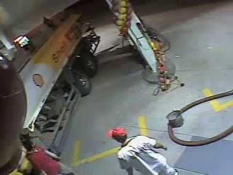 VIDEO – Kāpēc nevajadzētu benzīna līmeni pārbaudīt  ar šķiltavām? (Checking fuel level in tanker with a lighter)