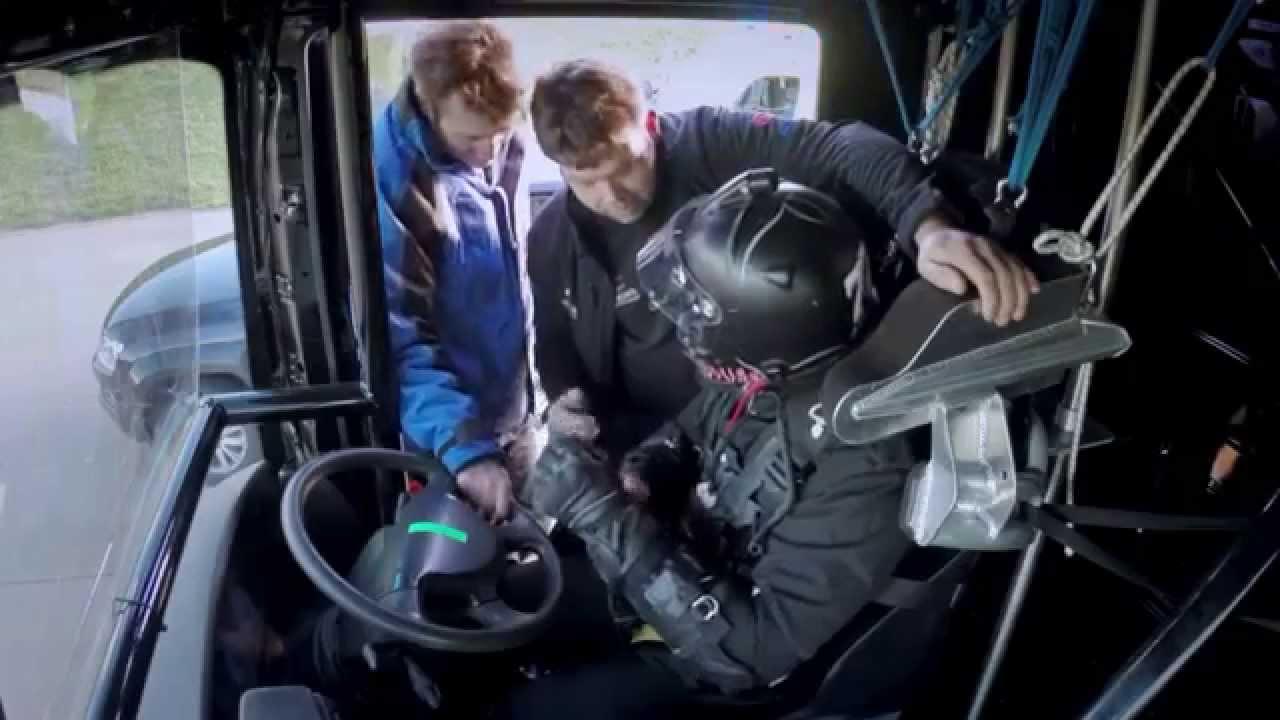VIDEO – Nāvējoši bīstamā trika ar kravas automašīnu un F1 aizkadri! (Behind scenes: Epic World-Record Truck Jump by EMC and Lotus F1 Team)