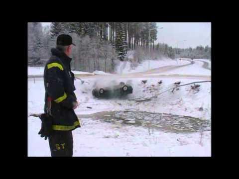 VIDEO – Šokējoša auto avārija TV tiešraides laikā! (Car accident caught on camera)