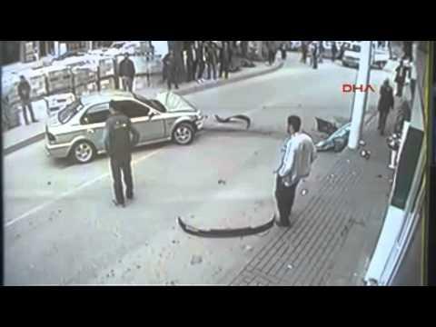VIDEO – Šokējoša avārija – līdz traģēdijai vien pāris centimetru! (Shocking accident)