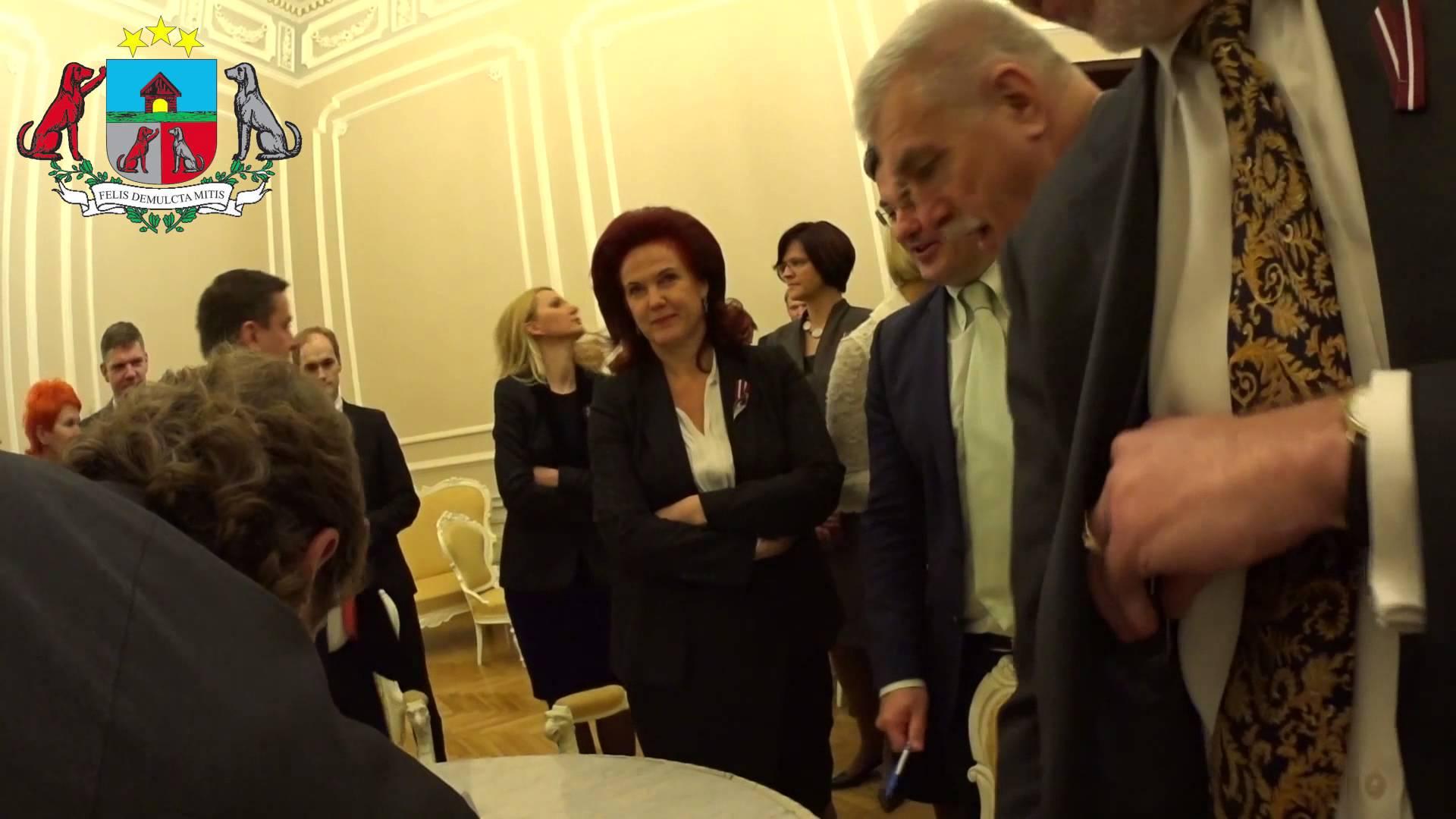VIDEO – Solvita Āboltiņa ar skatienu mēģina gluži vai iznīcināt Artusu Kaimiņu!