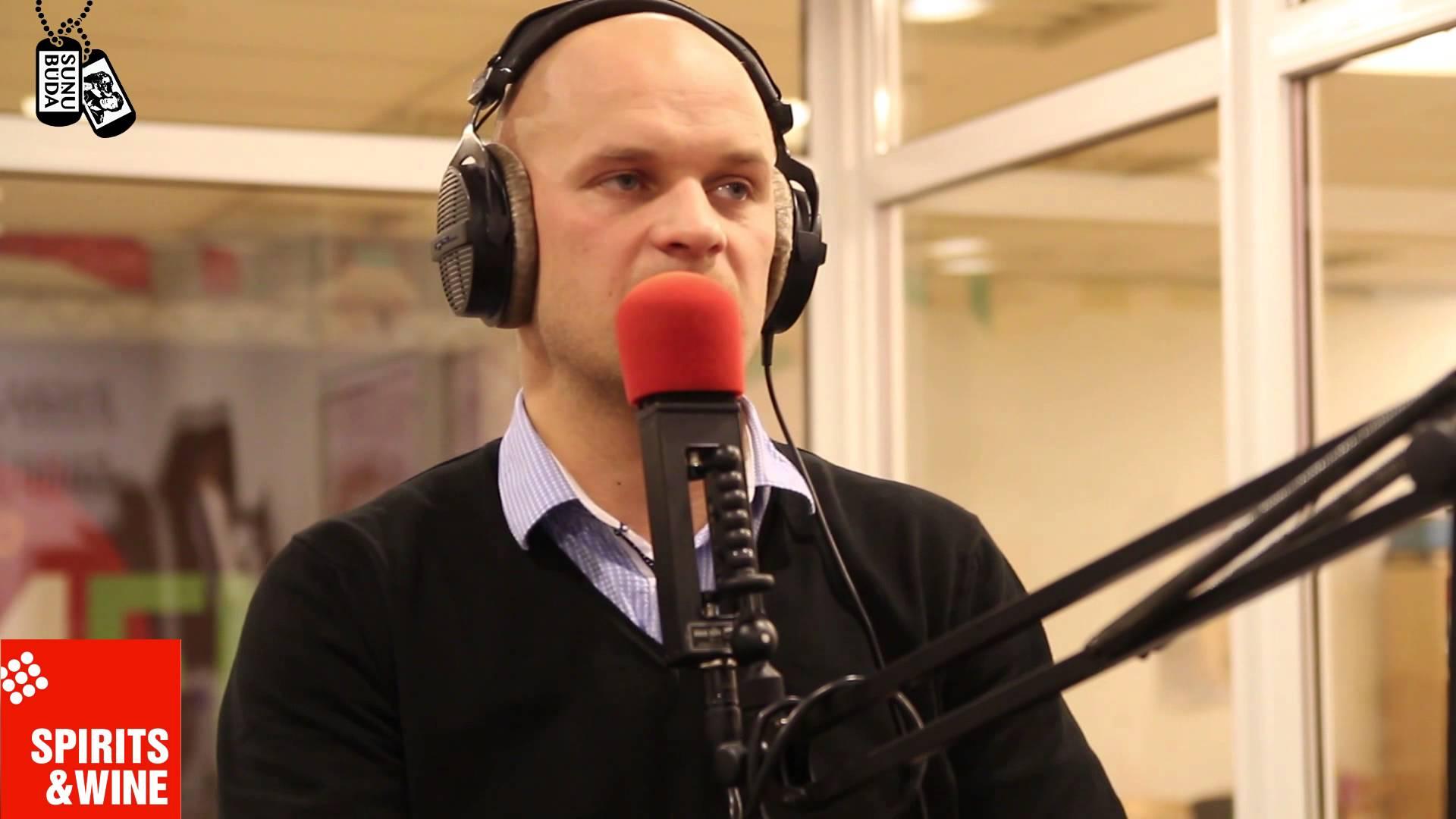 VIDEO – Suņubūda. Artuss Kaimiņš & Lauris Dzelzītis. Kāpēc Lauris uz Suņubūdu ierodās ar beisbola nūju!?