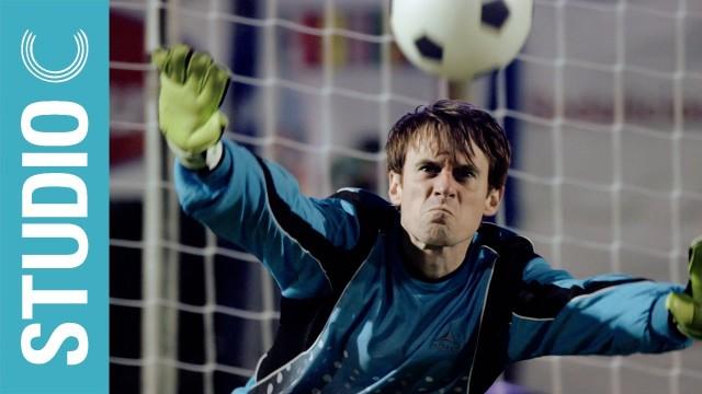 VIDEO – Vārtsargs saņem vairākus sitienus pa galvu, bet iztur līdz beigām! (This Goalkeeper Gets Hit In The Face By Every Penalty Kick!)
