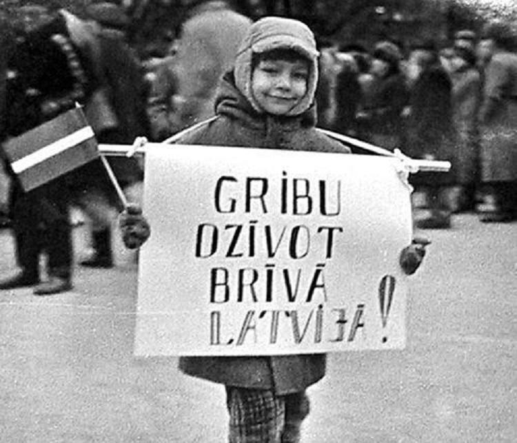 """VIDEO: Kā cilvēki cīnījās par Latvijas neatkarību – 1991.gada barikādes. (Latvia, Riga, The Barricades 1991 """"The Year of Horror"""")"""