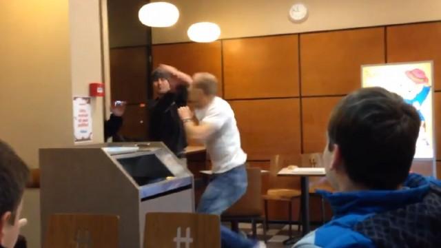 """VIDEO: Aculiecinieka video: Rīgas Hesburgerā uzdarbojas vietējais """"Rokijs""""! #HesburgeraRokijs (Fight in Hesburger cafe! Hesburger Rocky!)"""