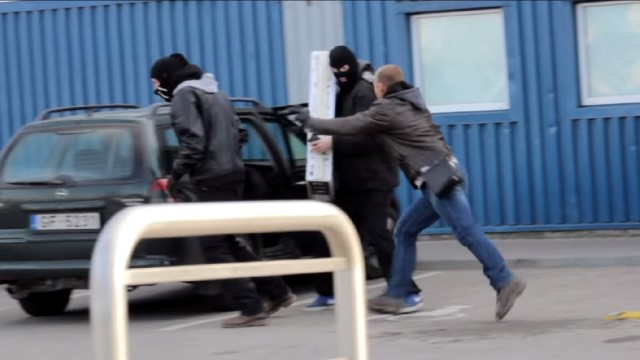 """VIDEO: Gaišā dienas laikā Liepājā mēģina """"apzagt"""" automašīnu! (Car Stealing Prank)"""