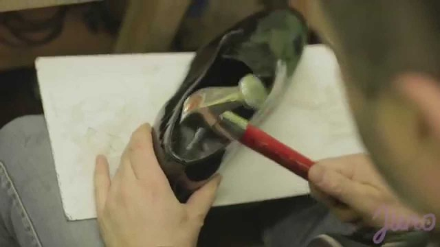 VIDEO: Kā Latvijā ar rokām tiek gatavoti ekskluzīvi apavi? (Exclusive! Handmade leather shoes! Made in Latvia)