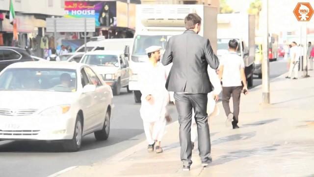 VIDEO: Kas notiek, ja Dubaijā uz ielas nokrīt maks? (Wallet drop in Dubai…What happens next?)