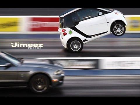 """VIDEO: Vai izmēram ir nozīme? Smart pret Mustang! (WHEELSTANDING """"BLOWN"""" SMART CAR OUTRUNS MUSTANGS!!)"""