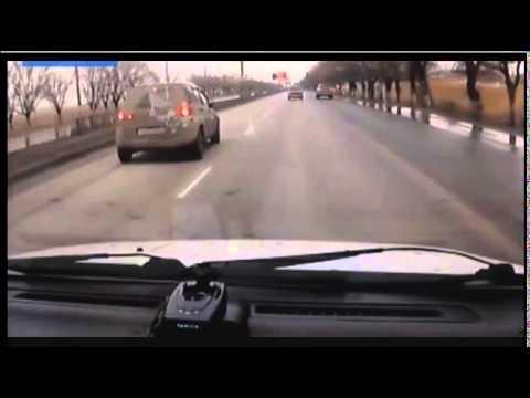 VIDEO: Kā meitene uz ceļa izrēķinājās ar savu bijušo puisi!? (Furious ex-girlfriend rams her ex-boyfriends car off the road!)