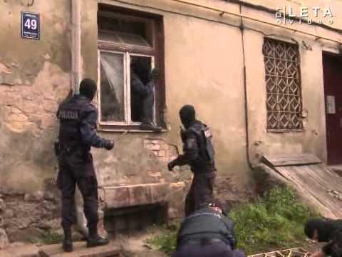 """VIDEO: Kā policija tālajā 2011.gadā kopā ar ugunsdzēsējiem ielauzās """"točkā""""!?"""
