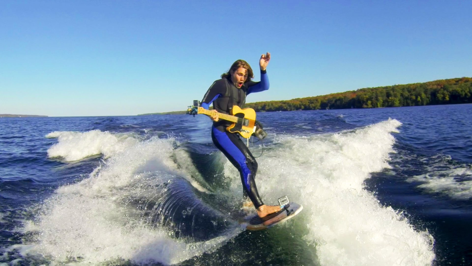 VIDEO: Iespaidīgi! Sērfojošais ģitārists! (Wake Surf Guitar!)