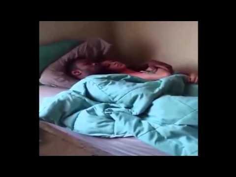 VIDEO: Kā vīrietis pieķēra draudzeni gultā ar citu! Kāda bija pieķerto reakcija? (Cheating Girlfriend Caught With Another Man In Bed & She Don't Even Care!)