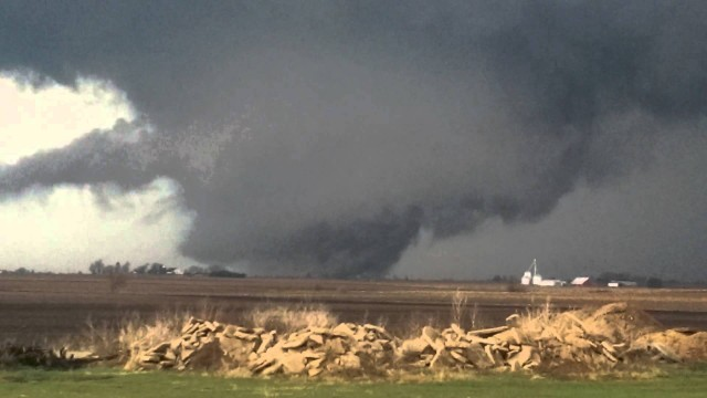 VIDEO: Tornādo pie pašas mājas! (Huge Tornado That Hit Rochelle)