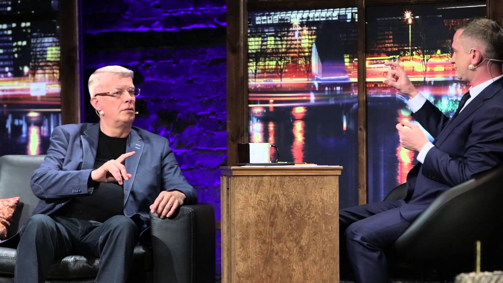 """VIDEO: Eksprezidents Valdis Zatlers ciemojas pie jokdara Skuteļa! Un apspriež jautājumu """"Kas es emu?""""!"""