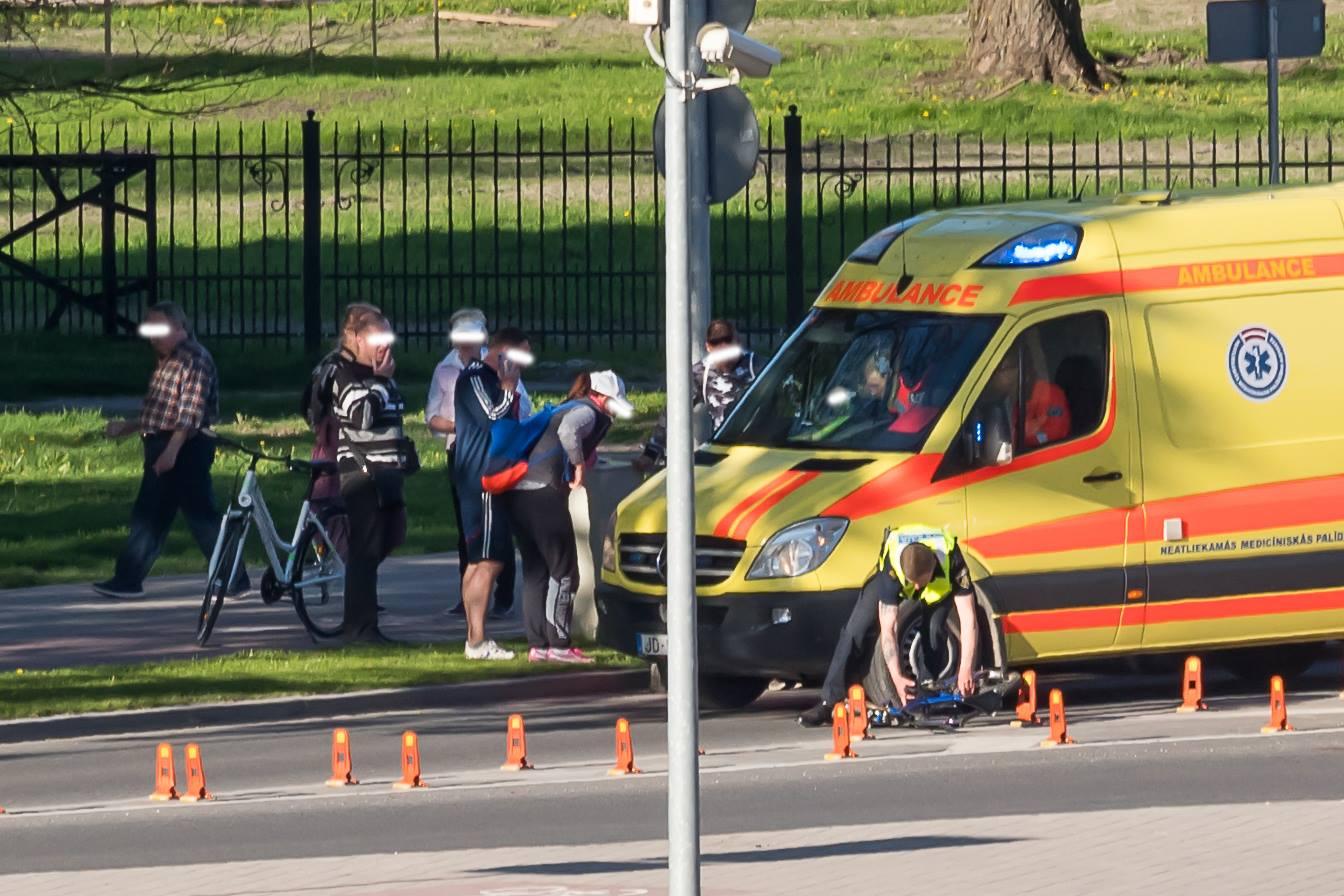 Jelgavā uz gājēju pārejas notriec 8-gadīgu zēnu, kurš nogādāts slimnīcā; Meklē aculieciniekus!