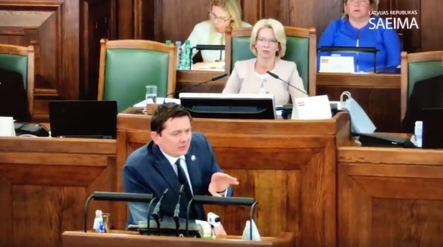 """Artuss Kaimiņš """"nolīdzina līdz ar zemi"""" Saeimas un Valdības bezatbildību attiecībā pret aizbraukušajiem Latvijas iedzīvotājiem"""