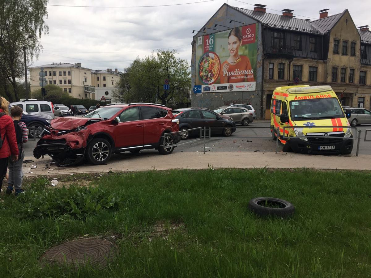 """FOTO: Nupat Rīgas centrā notikusi smaga avārija – sadragāta arī """"ātrā palīdzība"""". Ir cietušie."""