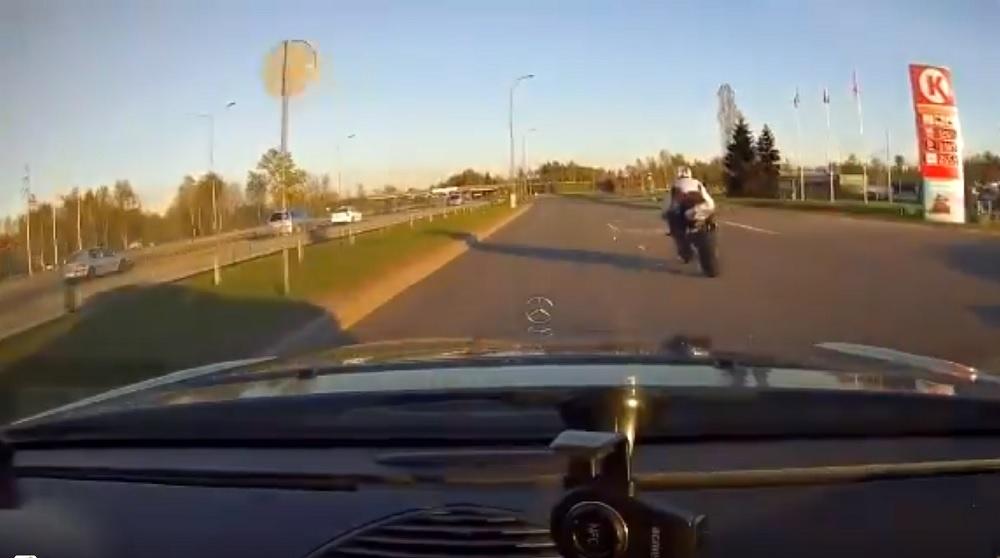 Aculiecinieka VIDEO: Policija Rīgā dzenas pakaļ pārgalvīgam motobraucējam!