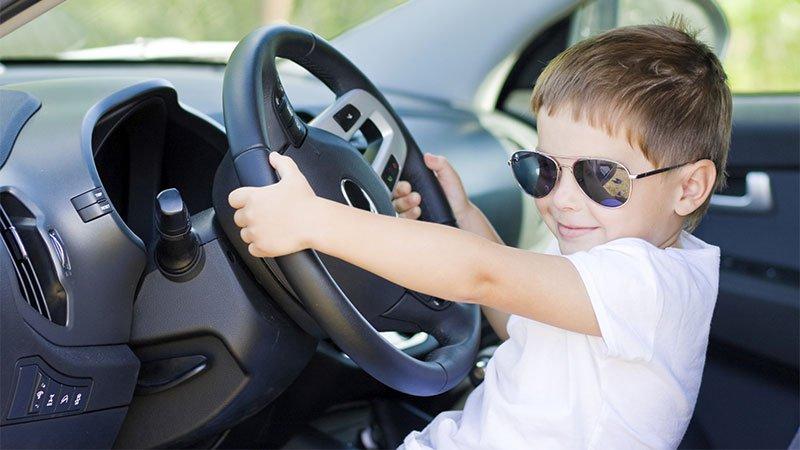 Policisti Vecrīgā aptur auto, kurš pārkāpj vairākus noteikumus – pie stūres 11 gadīgs puika!